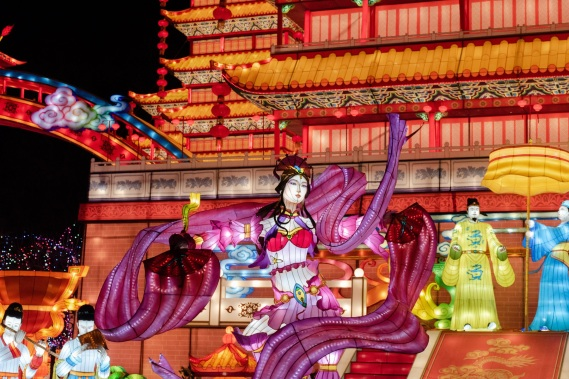 chinese new year woman-lights thomas-despeyroux-1208133-unsplash