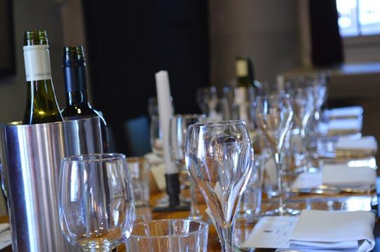 wine glasses long table-346560_1920