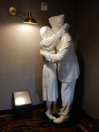Statue of woman and man kissing, World War II era