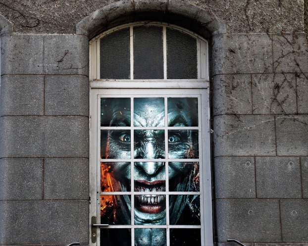 scary Joker face in window_Pasja Pixabay