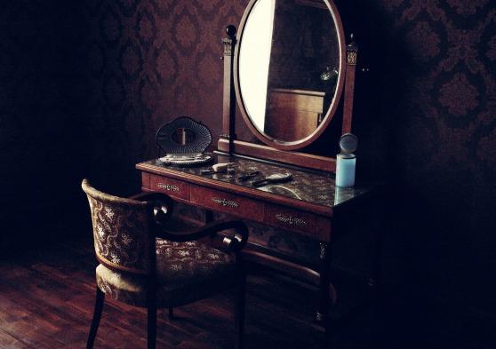 Victorian dresser mirror old-room-Sbringser Pixabay