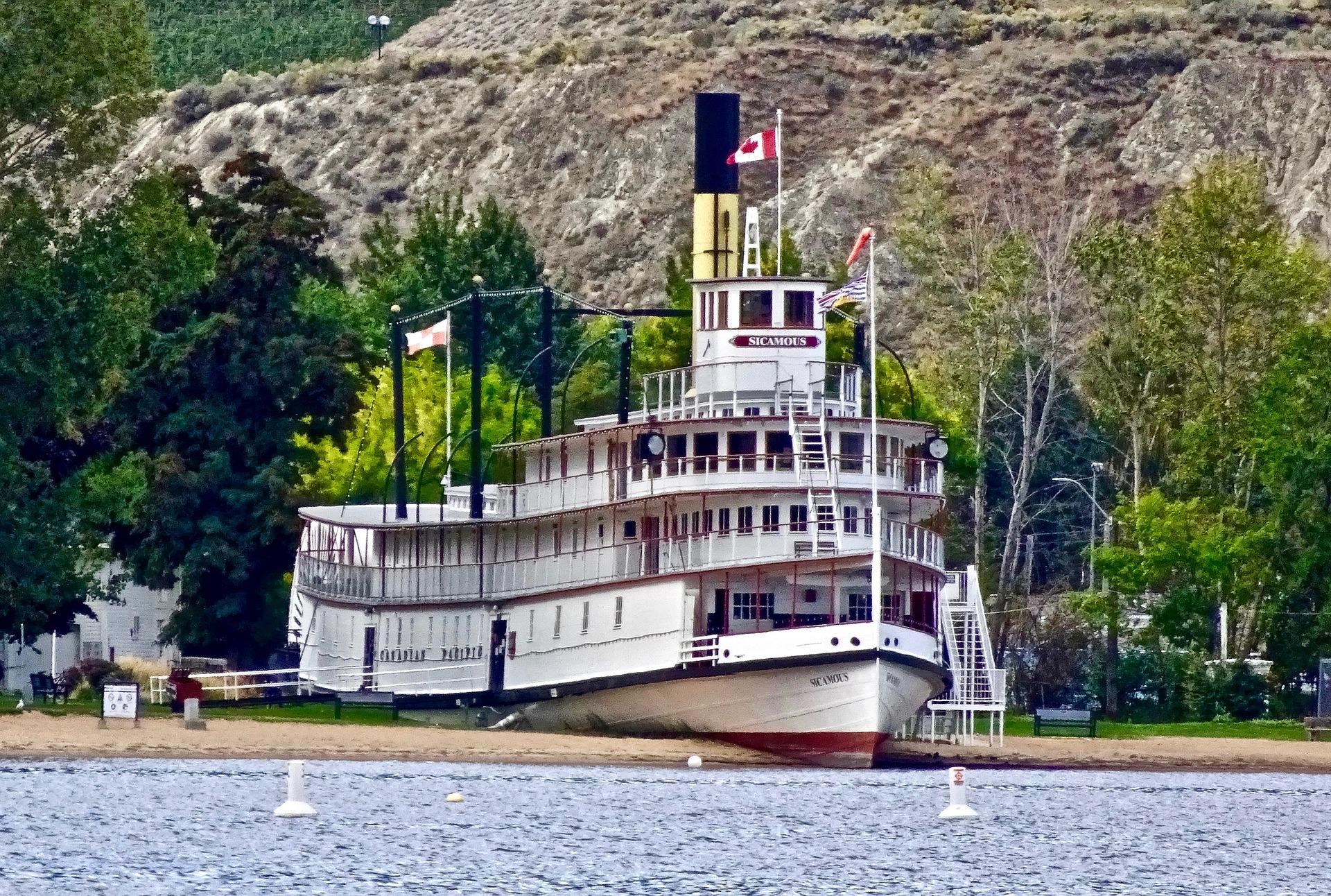 paddle-steamer-Riverboat 3 deck Pixabay