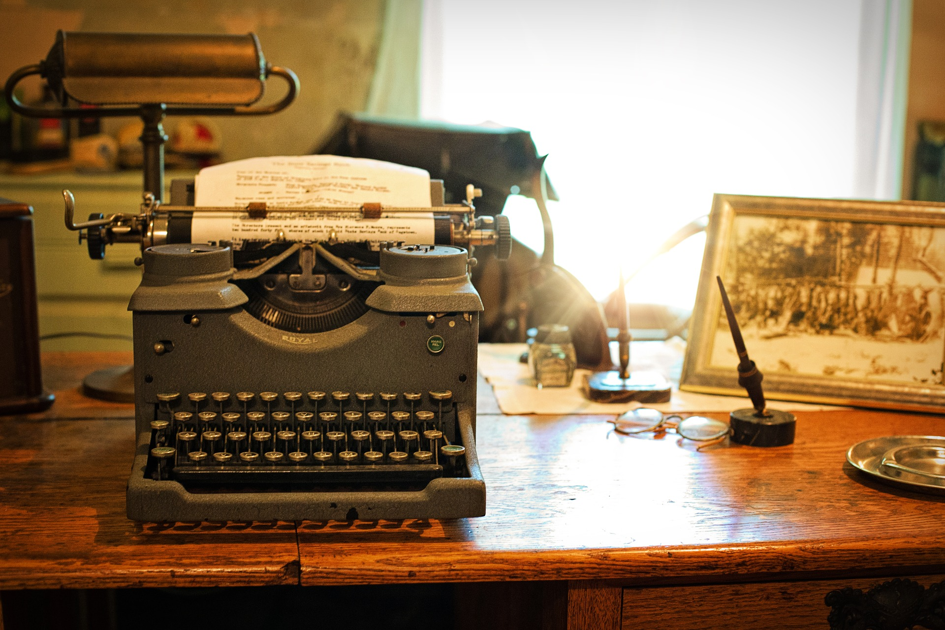 typewriter vintage office desk Jill Wellington Pixabay