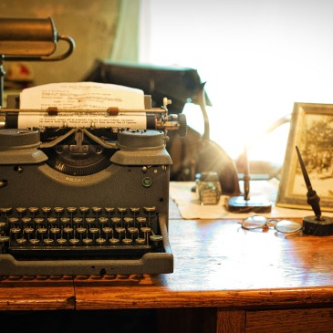 typewriter vintage office desk Jill Wellington Pixabay
