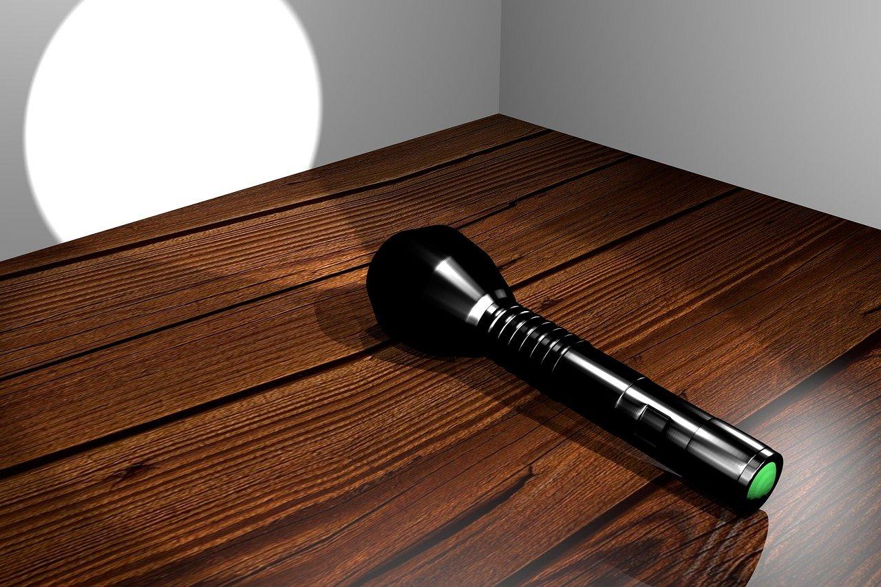 flashlight Alejandro Faletti Pixabay